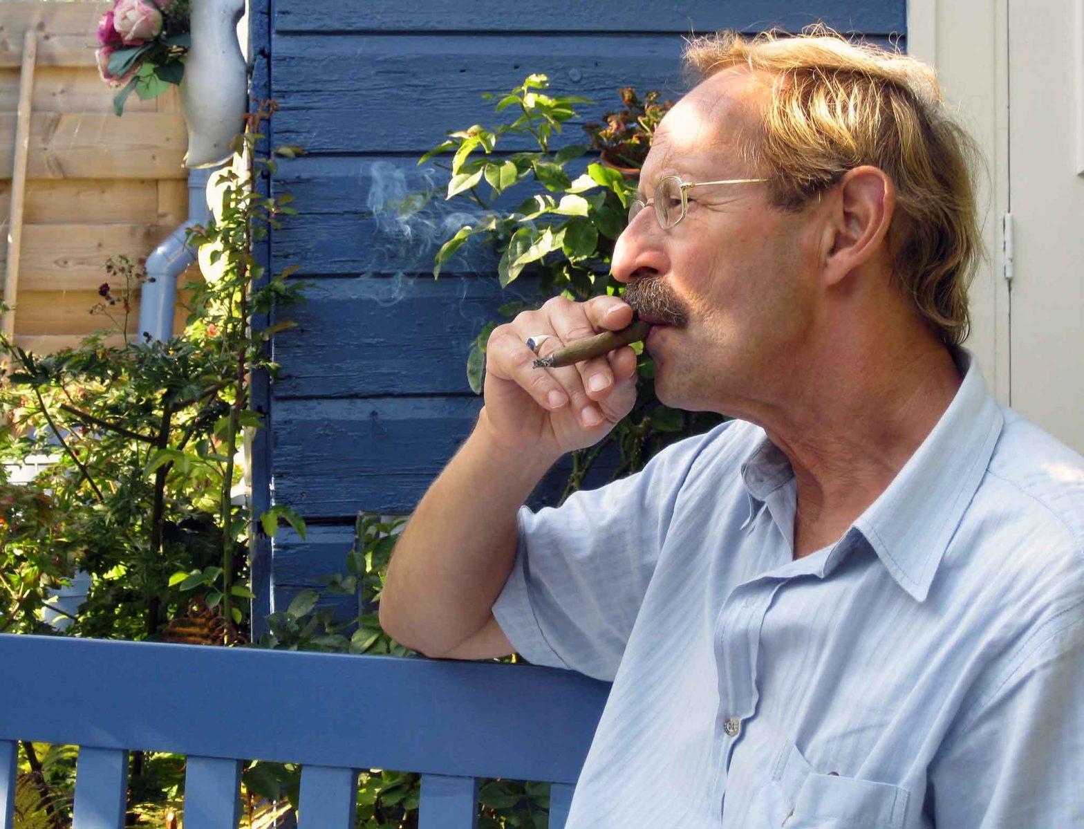 Hans en sigaar tegen schuttiing